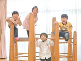 室内遊具で遊ぶ園児